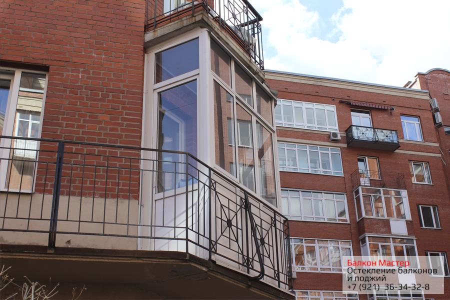 Алюминиевое застекление балкона.Застеклена часть балкона, смонтирована пластиковая дверь для выхода на незакрытую часть балкона. Закрыты мостики холода, установлены козырьки, отливы