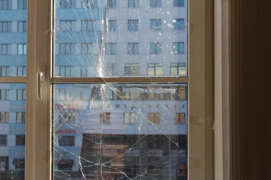 Замена стеклопакета в пластиковом окне,двери замена разбитог.