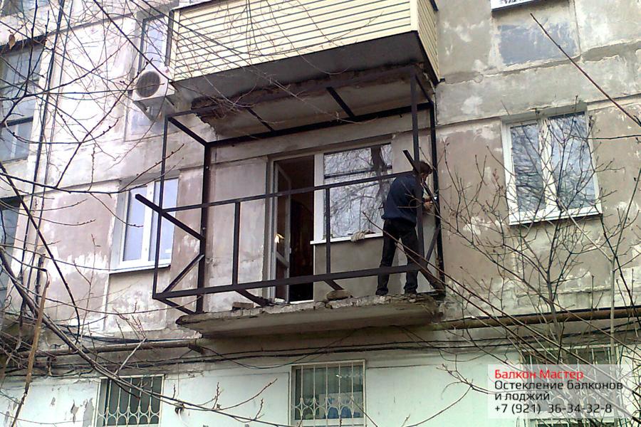 Укрепление плиты балкона.Из стальных металлических уголков сварен каркас, служащий для выноса балкона с высокой несущей способностью, от пола до потолка